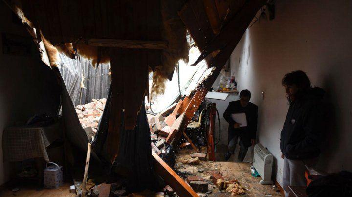 Así quedó destruido el techo de una casa de dos plantas en pasaje Corvalán al 500.
