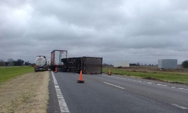 Por los fuertes vientos un camión volcó en medio de la autopista a Buenos Aires
