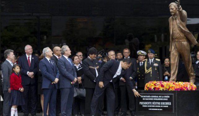 Remueven una estatua de Kirchner por considerarlo un símbolo de la corrupción