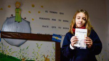 A Lena le gusta dibujar y a veces se inspira en los cuentos que lee.