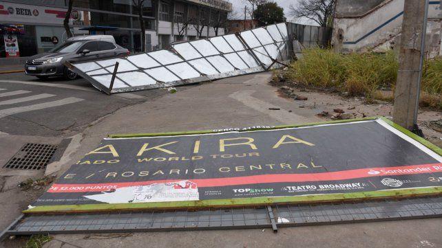 Un cartel caído en 27 de Febrero y Necochea.