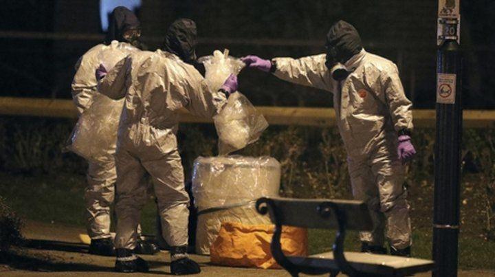 Contaminante. Expertos británicos buscan restos del agente tóxico en el lugar donde enfermó Skripal.