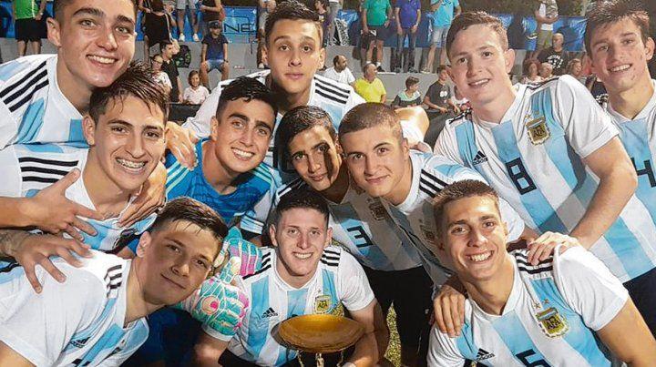 Los campeones. Los pibes albicelestes que conquistaron la Copa al vencer a los rusos por 2 a 1 en el duelo final.