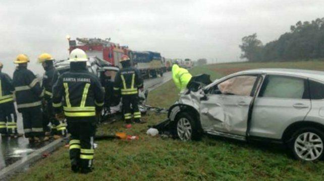 Siniestro vial. Una mujer falleció al impactar su auto con una camioneta.