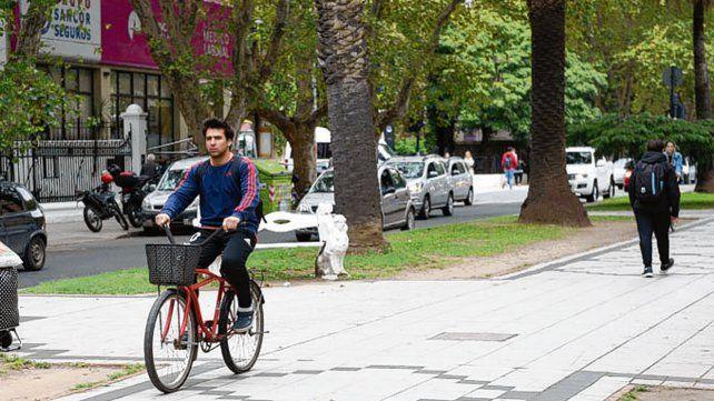 Hábito. Los ciclistas hoy circulan por el cantero pese a la prohibición