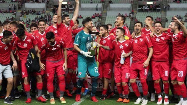 Con la Copa. Los jugadores disfrutan la conquista de un nuevo torneo internacional.
