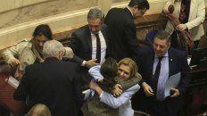 Tras la maratónica sesión, senadores festejan el rechazo al aborto.