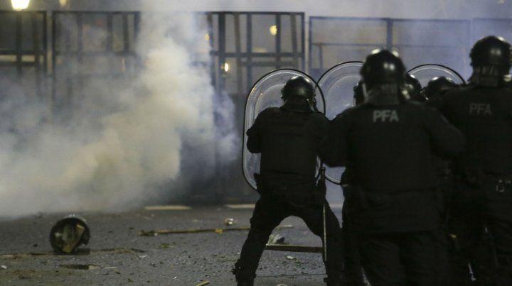 La Policía responde con gases y balas de goma.