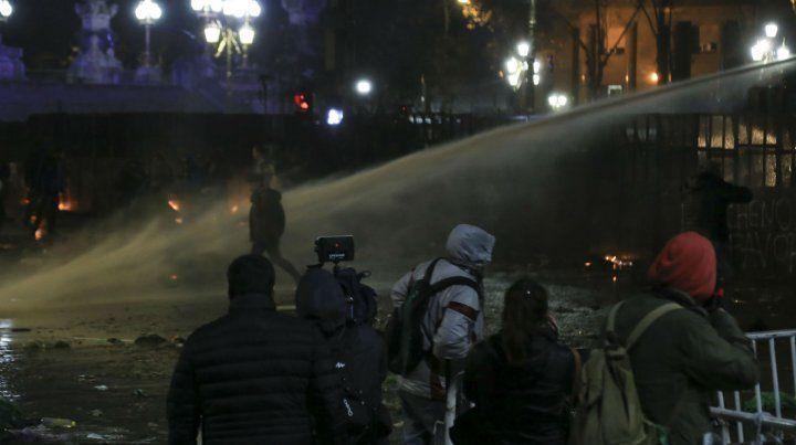 Los carros hidrantes reprimen las protestas.