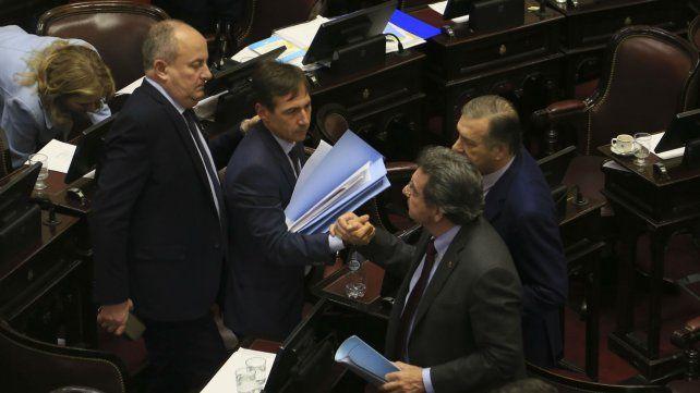 Tras la votación, senadores opositores a la ley se saludan. El tema quedó fuera de discusión hasta el año próximo,