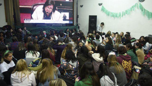 En Rosario, el verde abarrotó la Facultad de Humanidades
