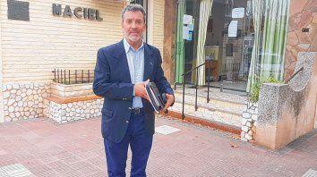 In situ. Carlos Torres, de la Secretaría de Municipios y Comunas, en Maciel. No descartó ir a la Justicia.