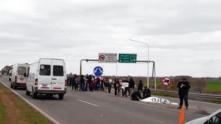 Dos piquetes. La autopista estuvo ayer cortada en forma parcial.