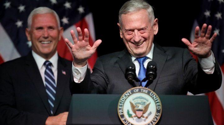 No es ciencia ficción. Pence (atrás) presenta el proyecto para crear la sexta rama de las fuerzas armadas junto al jefe del Pentágono