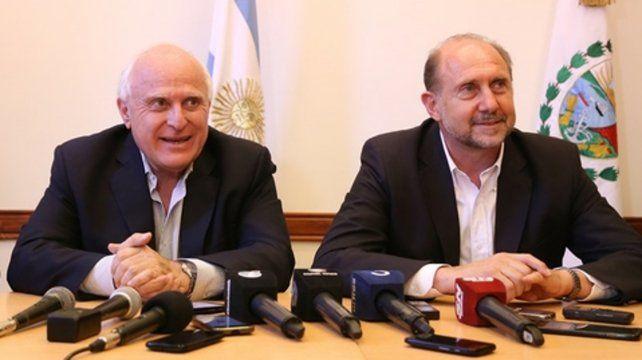 Otros tiempos. El gobernador Miguel Lifschitz y el senador Omar Perotti  sonrientes en una reciente conferencia de prensa. Ahora