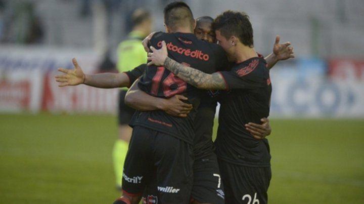 El festejo con el artillero. Leal se destacó por sus goles en el torneo pasado y convirtió por Copa Argentina