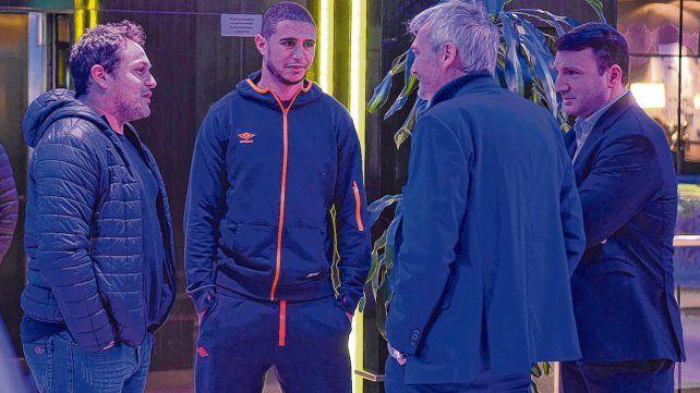Bienvenida. Arismendi arribó al hotel junto a su representante Diego Rivero (izquierda) y el vicepresidente segundo Ricardo Carloni pasó a saludarlo.