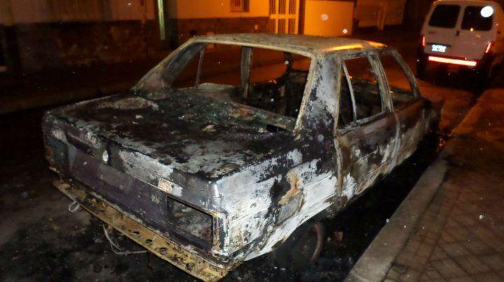 Un Renault 9 quedó consumido por las llamas en una noche en la que fueron quemados otros cuatro vehículos.