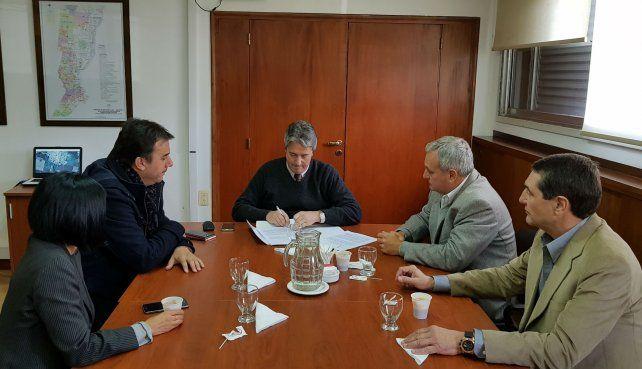 Rúbrica. Las autoridades provinciales y directivos del club.