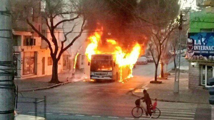 Colectivo envuelto en llamas en Echesortu.
