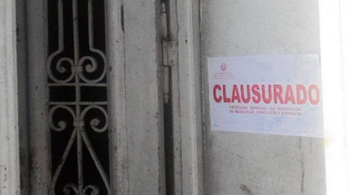 Faja. Un cartel de clausura en el inmueble usurpado.