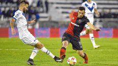 Adaptación. Oviedo disputa la pelota con Laso en el partido del viernes. El atacante tiene que asentarse.