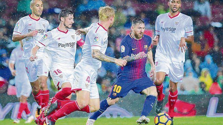 Entre todos. La Pulga se la lleva ante 4 jugadores de Sevilla