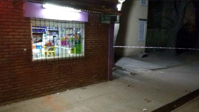 El joven fue asesinado a través de la ventana del local.