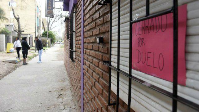 El asesino disparó a través de la reja y se dio a la fuga. Hoy el local está cerrado por duelo.