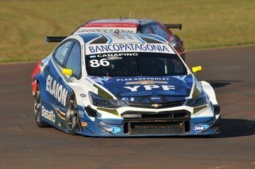 El Chevrolet de Canapino seguido por el Toyota de Rossi. Fue en la primera parte de la carrera. El Toyota no pudo seguir el ritmo.