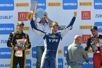 Agustín Canapino muestra su felicidad en el podio. Lo secundaron Leonel Pernía (Renault) y Matías Rossi (Toyota).