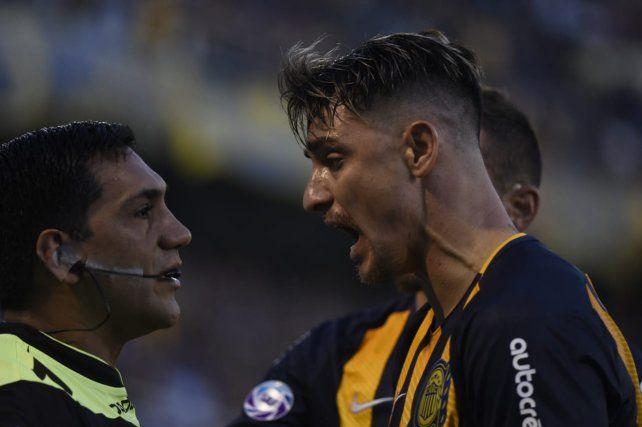 Zampedri le reclama al juez de línea por el gol anulado.