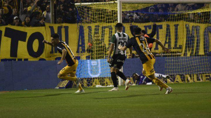 Matías Caruzzo ya cabeceó al gol y comienza el festejo.