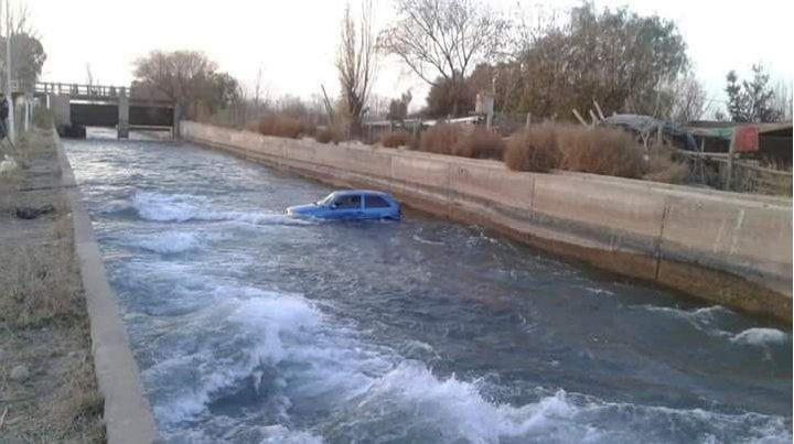 El VW Gol quedó en el cauce del canal. (Foto: gentileza diario Los Andes)