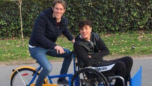 Regalo. Zeno sorprendió a su amigo con una tricicleta y así nació la idea.