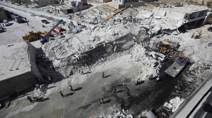 Derrumbe. Las máquinas buscaban sobrevivientes debajo de los escombros de dos edificios desmoronados.