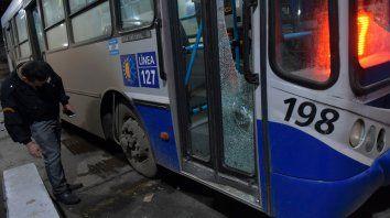 Astillas. El vidrio baleado del interno 198 de la línea 127.