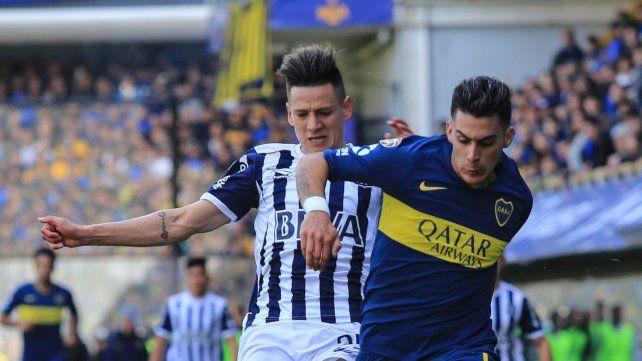 Goleador. Cristián Pavón forcejea con su marca. El delantero marcó apenas iniciado el partido ante Talleres en la Bombonera.