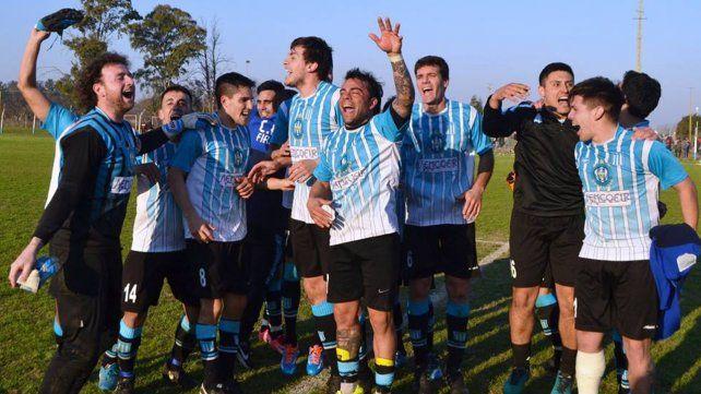 Pura felicidad. Los jugadores del cuevero celebran el triunfo ante su eterno rival.
