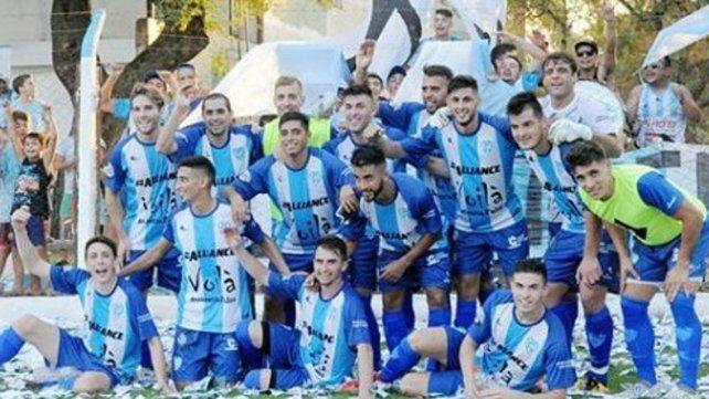 Atlético Sastre. El albiceleste vapuleó a Americano y clasificó a la final del Apertura.