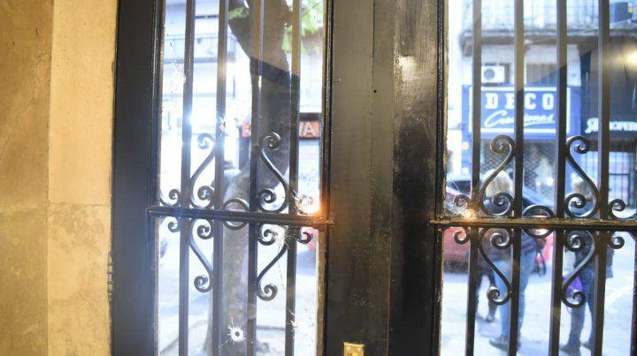 Los impactos de bala en la puerta del edificio ubicado en San Luis al 1400 y que fue atacado a tiros esta madrugada.