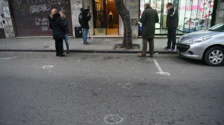 Las marcas de los restos de las balas quedaron sobre la calle.