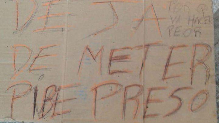Hallan un cartel con un mensaje mafioso en el edificio baleado esta madrugada