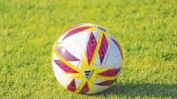 En movimiento. La Argentum es la pelota diseñada por Adidas para la máxima competencia argentina. En la primera fecha no la trataron muy bien.
