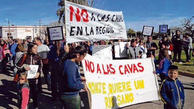 Preocupación. Los vecinos manifestaron por las calles de Carrizales y reclamaron la suspensión de las obras.