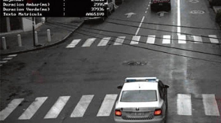 In fraganti. Un móvil cruza en rojo en la esquina de Córdoba y Callao.