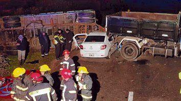 Tras una mala maniobra, el acoplado volcó y junto al camión quedó cruzado sobre la ruta.