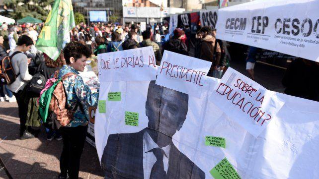 Los docentes universitarios de Rosario sacan sus reclamos a la calle.