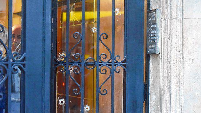 De madrugada. Al menos seis balazos atravesaron la puerta de entrada del edificio de San Luis 1451.