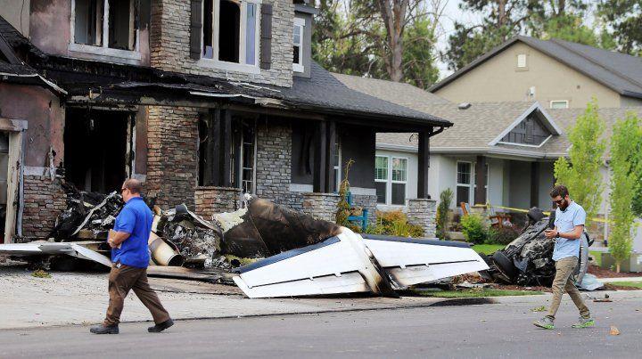 Agredió a su esposa, pagó una fianza para ser liberado y estrelló una avioneta contra su casa